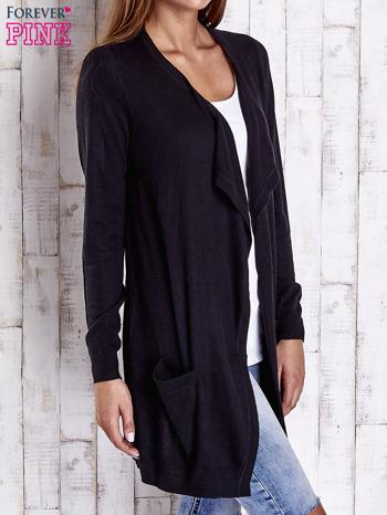 Czarny długi niezapinany sweter z kieszeniami                                  zdj.                                  3