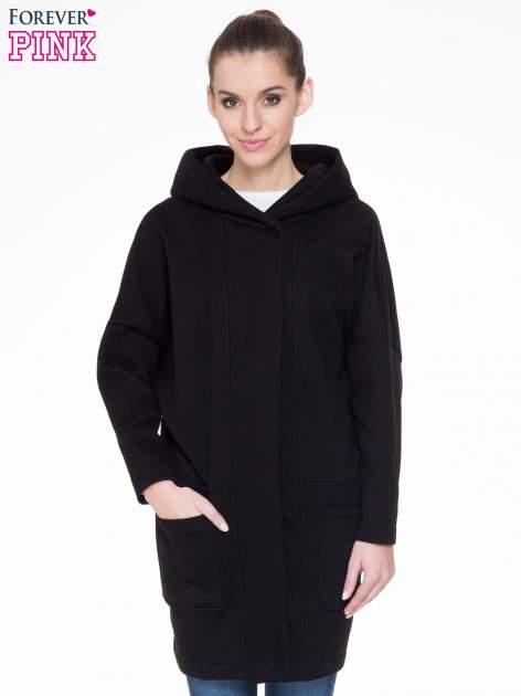 Czarny dresowy płaszcz z kapturem i kieszeniami
