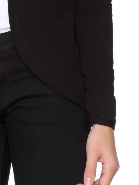 Czarny dresowy żakiet z zaokrąglonymi bokami                                  zdj.                                  6