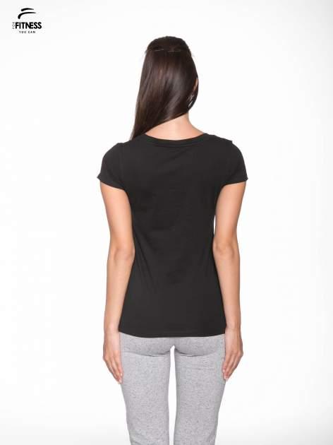 Czarny gładki t-shirt z dekoltem w serek                                  zdj.                                  4