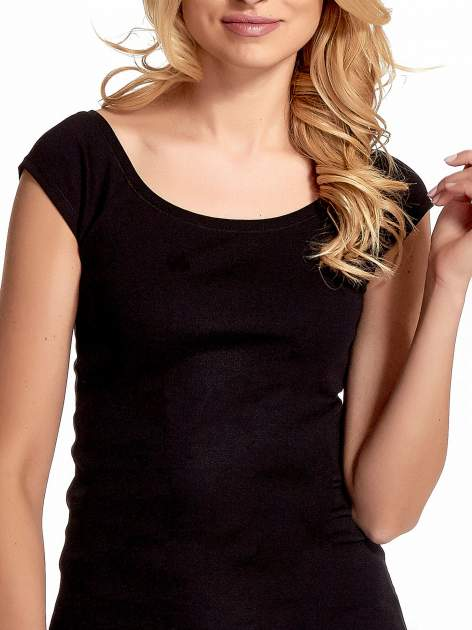 Czarny gładki t-shirt z łódkowym dekoltem                                  zdj.                                  6