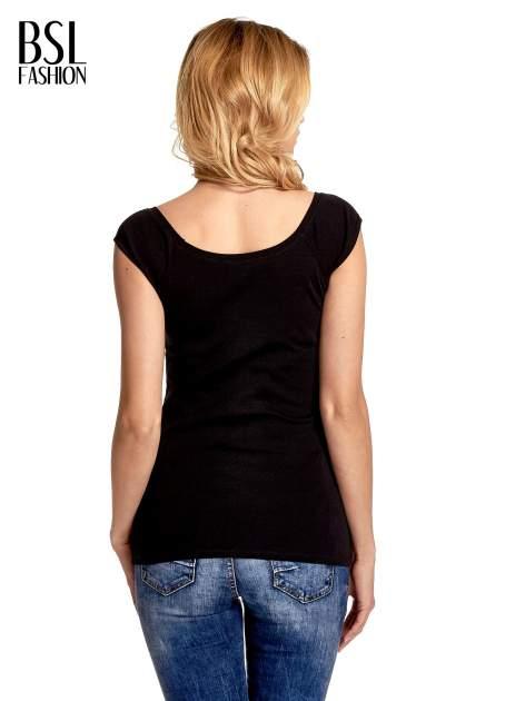 Czarny gładki t-shirt z łódkowym dekoltem                                  zdj.                                  4