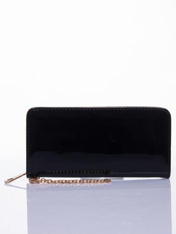Czarny lakierowany portfel z odpinanym złotym łańcuszkiem
