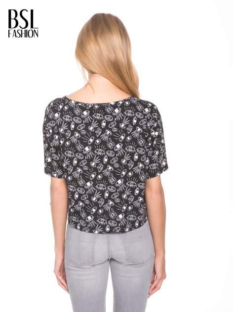 Czarny luźny krótki t-shirt z kieszonką w nadruk oczu                                  zdj.                                  4
