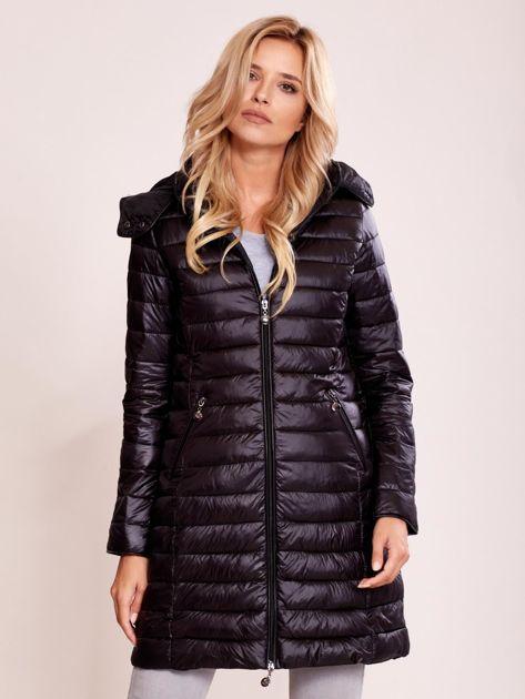 Czarny pikowany płaszcz z odpinanym kapturem                              zdj.                              1