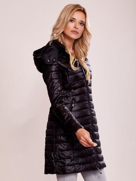 Czarny pikowany płaszcz z odpinanym kapturem                              zdj.                              3