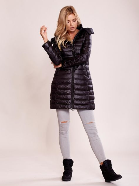 Czarny pikowany płaszcz z odpinanym kapturem                              zdj.                              4