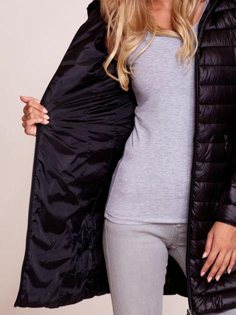 Czarny pikowany płaszcz z odpinanym kapturem                              zdj.                              7