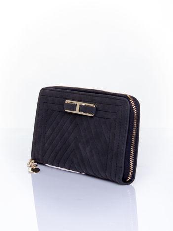 Czarny pikowany portfel z ozdobną klamerką                                  zdj.                                  3