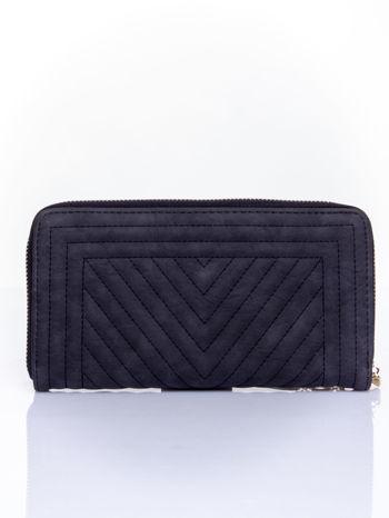 Czarny pikowany portfel z ozdobną klamerką                                  zdj.                                  2