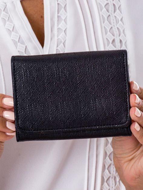 Czarny portfel damski zapinany na zatrzask