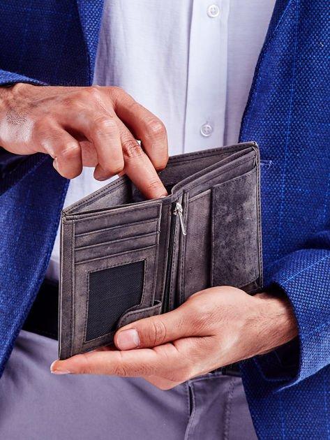 Czarny portfel męski z tłoczonym napisem                              zdj.                              3