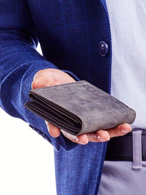 Czarny portfel męski z tłoczonym napisem                              zdj.                              6