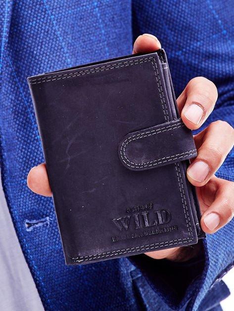 Czarny portfel męski ze skóry naturalnej z tłoczeniem i zapięciem na zatrzask                              zdj.                              1