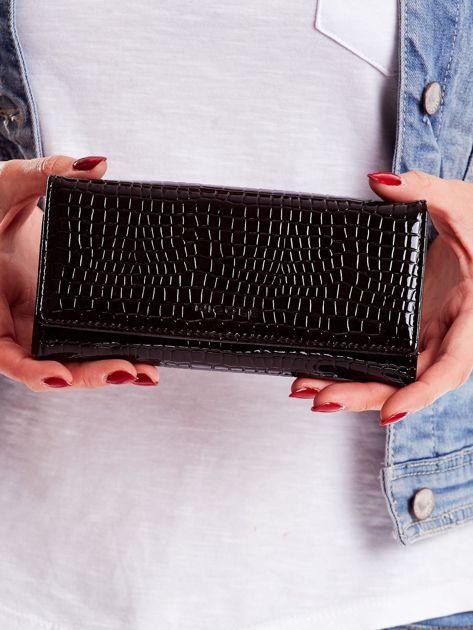 Czarny portfel z tłoczonym motywem skóry krokodyla