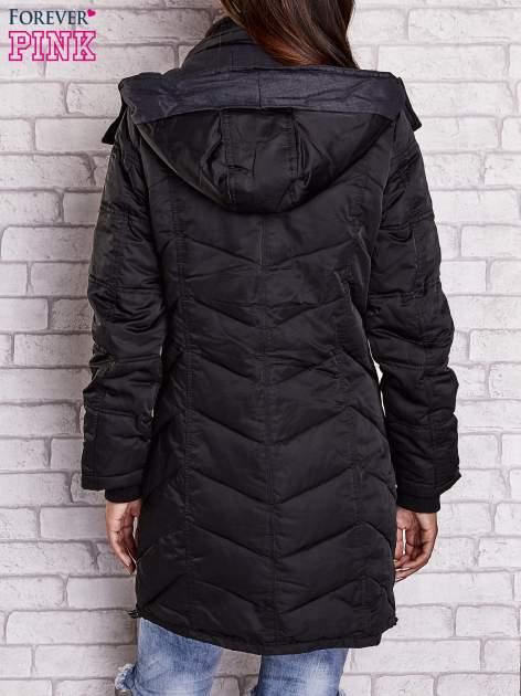 Czarny puchowy płaszcz z polarowym kołnierzem                                  zdj.                                  4