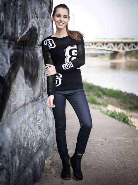 Czarny siatkowy sweter z nadrukiem numerycznym                                  zdj.                                  9