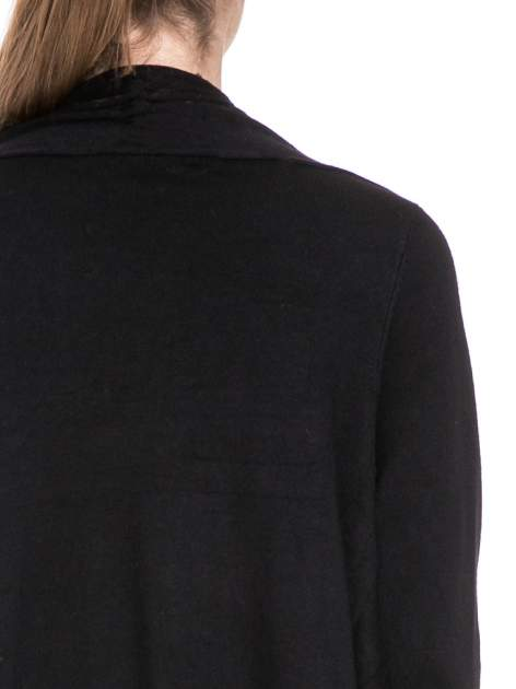Czarny sweter narzutka z kaskadowymi bokami                                  zdj.                                  7