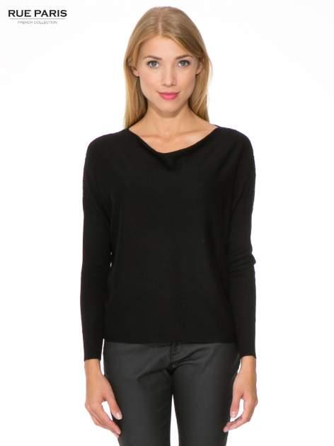 Czarny sweter o nietoperzowym kroju z cekinową aplikacją na rękawach