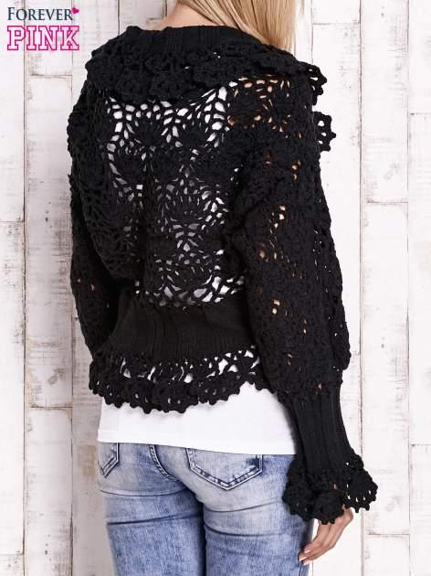 Czarny sweter o szerokim splocie z wiązaniem                                  zdj.                                  4