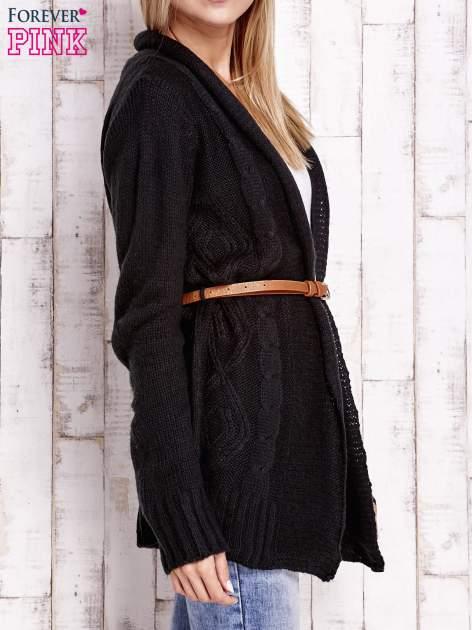 Czarny sweter o warkoczowym splocie z paskiem                                  zdj.                                  3