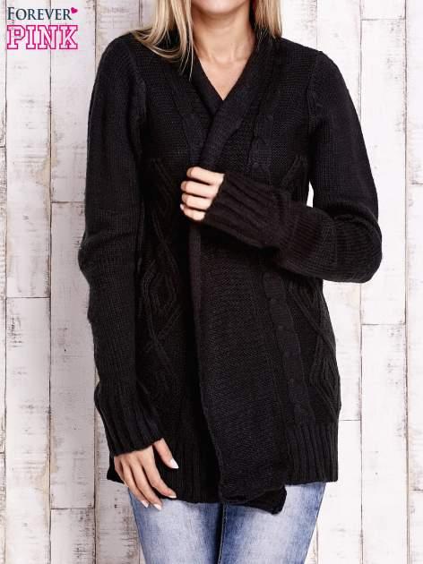 Czarny sweter o warkoczowym splocie z paskiem                                  zdj.                                  5