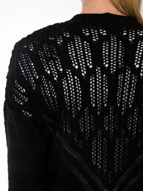 Czarny sweter typu kardigan z ozdobnym ażurowym spoltem                                  zdj.                                  8