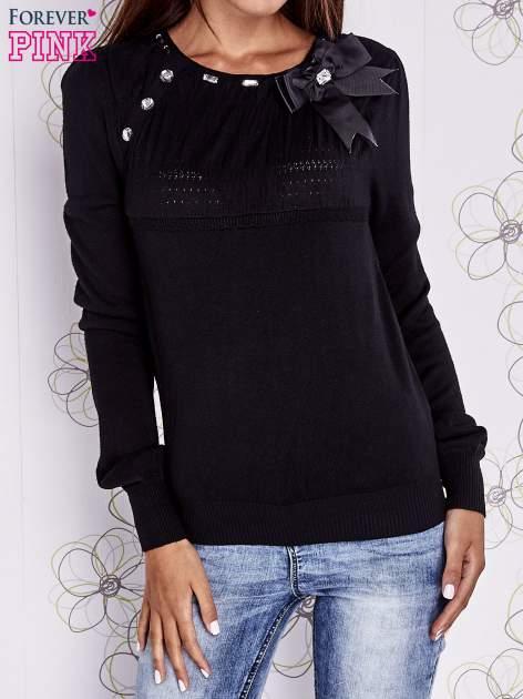 Czarny sweter z aplikacją i kokardą przy dekolcie                                  zdj.                                  1