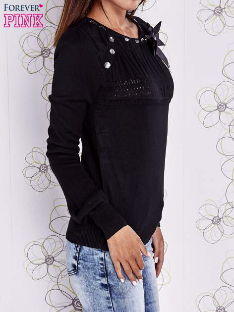 Czarny sweter z aplikacją i kokardą przy dekolcie                                  zdj.                                  3