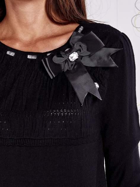 Czarny sweter z aplikacją i kokardą przy dekolcie                                  zdj.                                  5