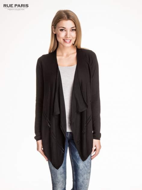 Czarny sweter z kaskadowymi bokami i oczkami