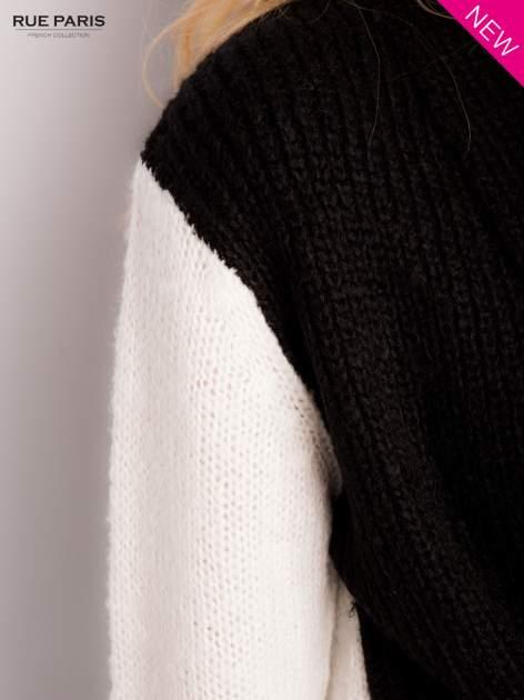 Czarny sweter z kontrastowymi rękawami i paskiem                                  zdj.                                  4