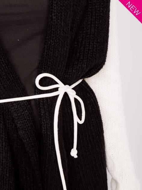 Czarny sweter z kontrastowymi rękawami i paskiem                                  zdj.                                  6
