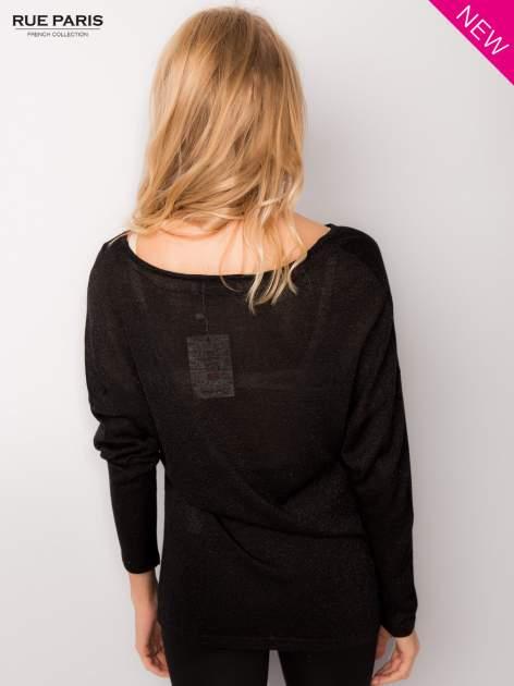 Czarny sweter z opuszczonymi rękawami przeplatany metalizowaną nicią                                  zdj.                                  4