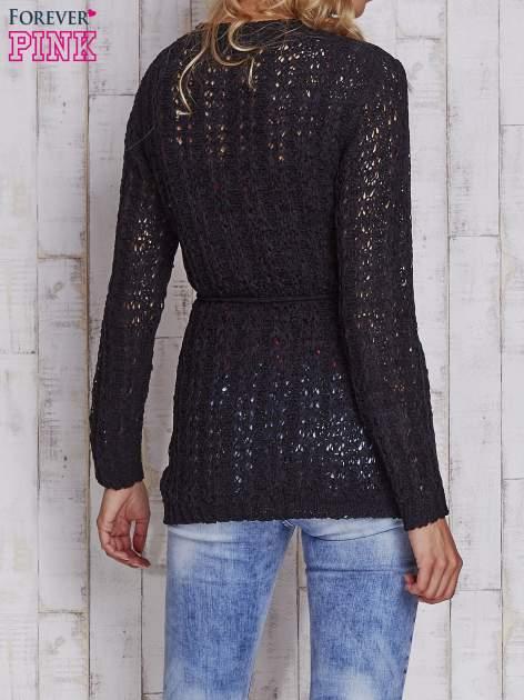 Czarny sweter zapinany na guziki                                  zdj.                                  4