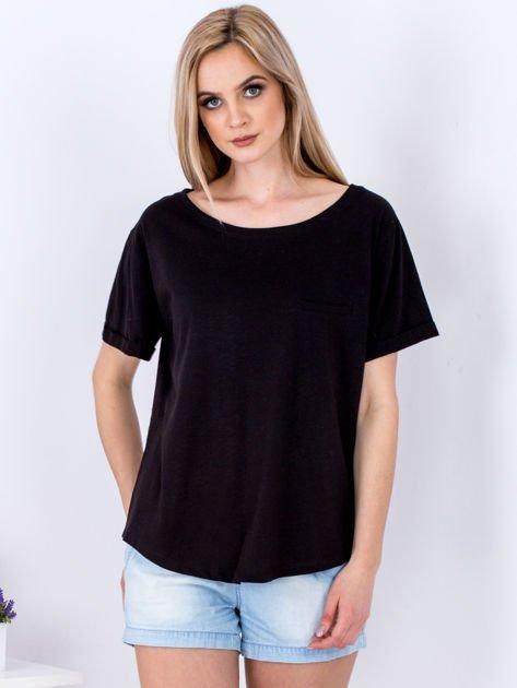 Czarny t-shirt basic z podwijanymi rękawami                              zdj.                              1
