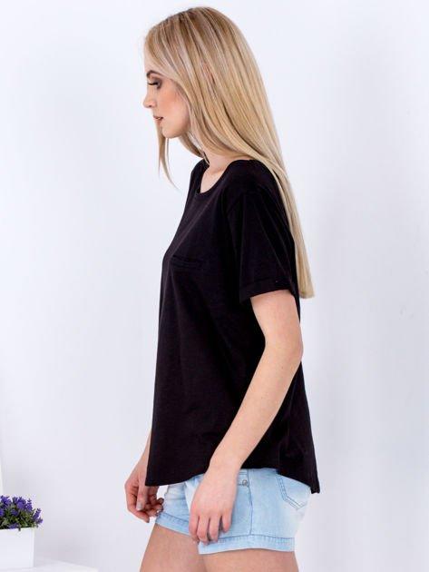 Czarny t-shirt basic z podwijanymi rękawami                              zdj.                              3
