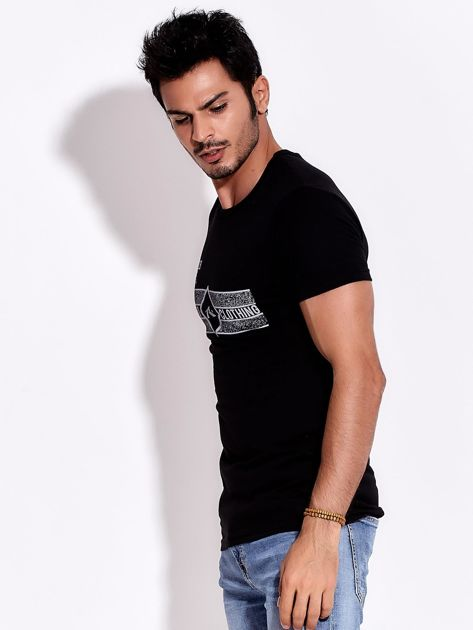 Czarny t-shirt męski z poziomym nadrukiem                              zdj.                              3
