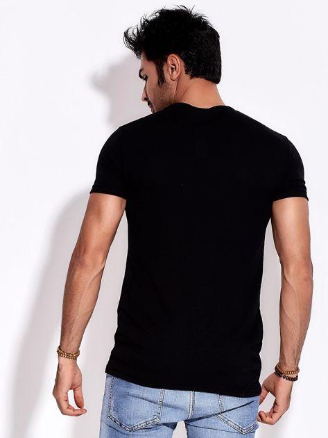 Czarny t-shirt męski z poziomym nadrukiem                              zdj.                              2