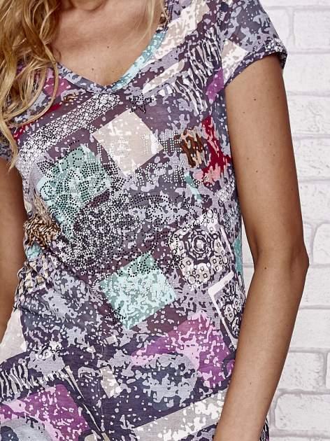Czarny t-shirt w patchworkowe wzory z dżetami                                  zdj.                                  5