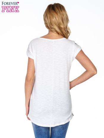 Czarny t-shirt w wzorek                                  zdj.                                  4