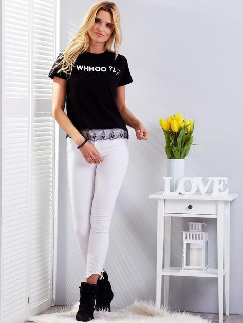 Czarny t-shirt z aplikacją i koronkowym wykończeniem                              zdj.                              4