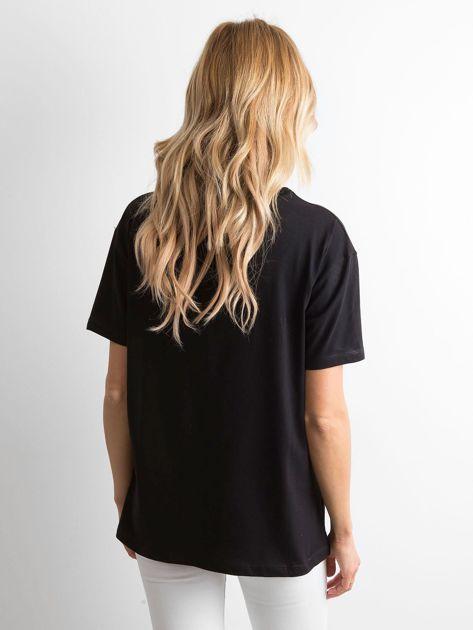 Czarny t-shirt z aplikacjami                              zdj.                              2