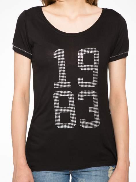 Czarny t-shirt z błyszczącym numerem 1983                                  zdj.                                  8