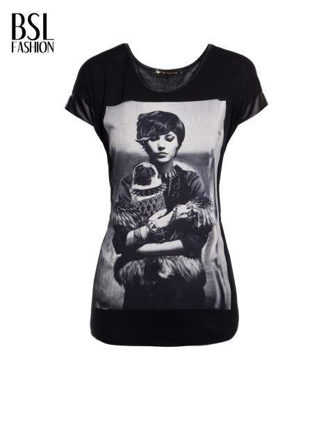 Czarny t-shirt z fotografią w stylu vintage i skórzanymi wstawkami przy rękawach                                  zdj.                                  7