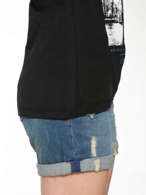 Czarny t-shirt z fotografiami miast                                  zdj.                                  9