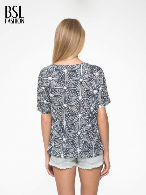 Czarny t-shirt z geometrycznym nadrukiem roślinnym                                  zdj.                                  4