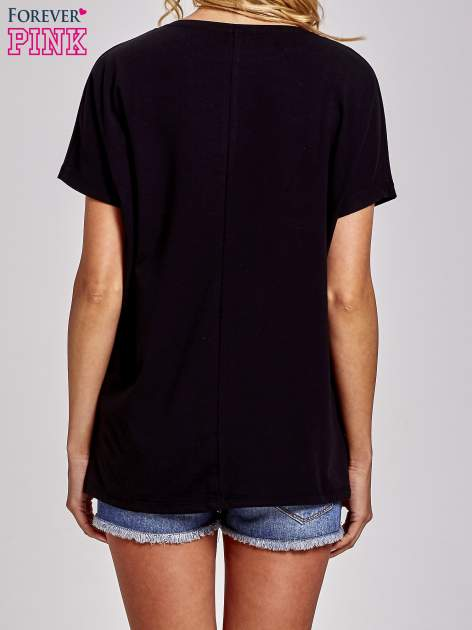 Czarny t-shirt z hashtagiem #BECAUS                                  zdj.                                  4