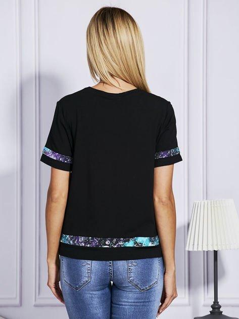 Czarny t-shirt z kolorowym wykończeniem                              zdj.                              2