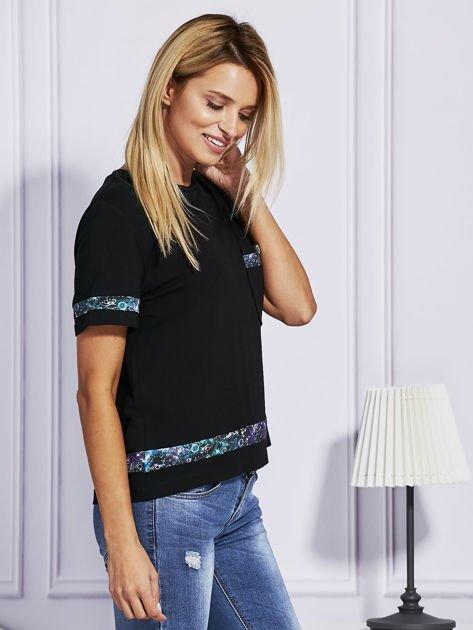 Czarny t-shirt z kolorowym wykończeniem                              zdj.                              5